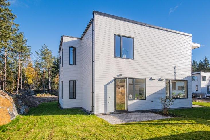 Vitt hus på en grön gräsmatta